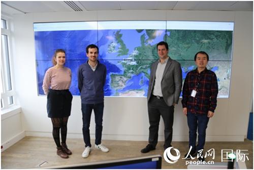 中广核欧洲能源公司全球远程监控及数据分析中心部分工作人员在监控大屏幕前合影(葛文博摄)
