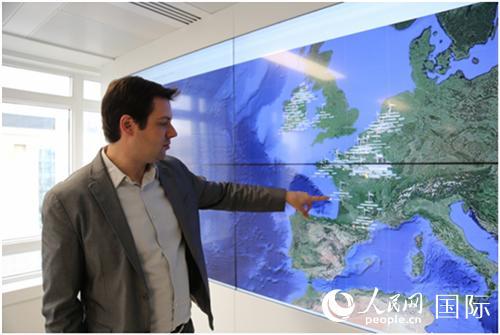 中广核欧洲能源公司运维总监奥利维耶·特谢尔在监控屏幕前进行讲解(葛文博摄)