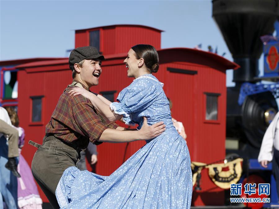 5月10日,在美国犹他州普罗蒙特里峰,演员在庆祝活动上表演,再现1869年铁路通车典礼上的场景。新华社记者李颖摄