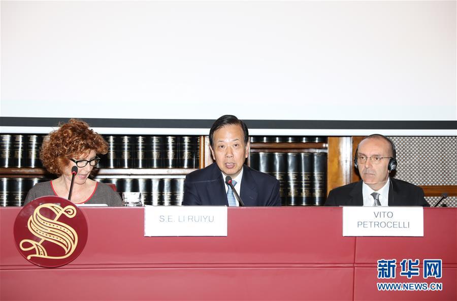 5月10日,在意大利罗马,中国驻意大利大使李瑞宇(中)在研讨会上发表演讲。 新华社记者程婷婷摄