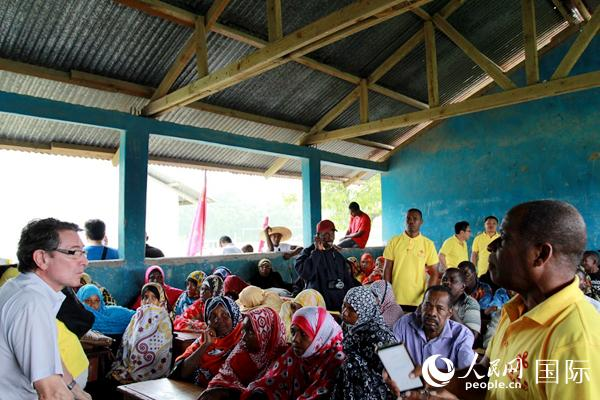 评估专家组询问社区居民项目实施情况。(施亮 黄玉政 摄)