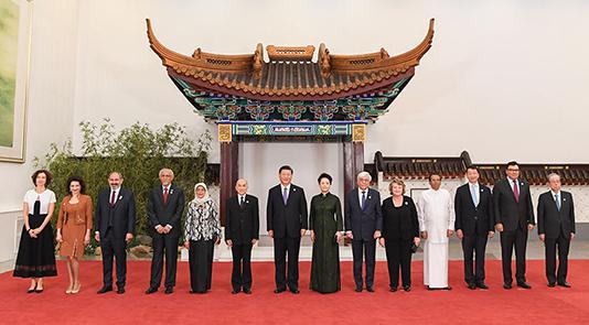 习近平和彭丽媛欢迎外方领导人夫妇及嘉宾