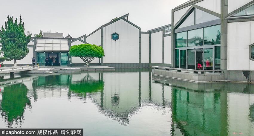 在21世纪之后,苏州博物馆成了贝聿铭的封山之作,他将自己多年积累的建筑智慧结合东方的传统美学以及对家乡的情感全部融汇在这座建筑里,创造出了独具魅力的视觉之美。(SIPA版权作品,请勿转载)