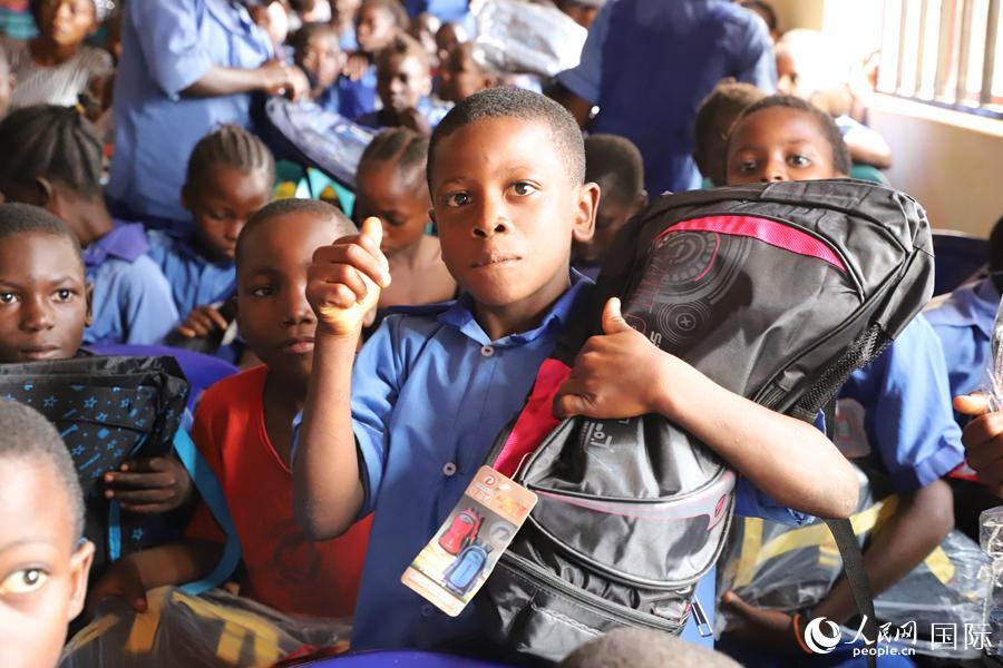 """驻尼日利亚使馆携手中企赴首都阿布贾郊区""""儿童节""""前送温暖"""