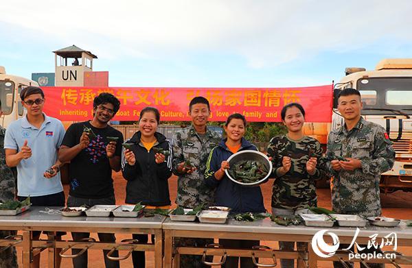 維和友軍部隊官兵代表展示自己親手包的粽子。賈方文攝