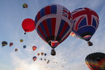 """英国伦敦举办""""热气球赛船会"""""""