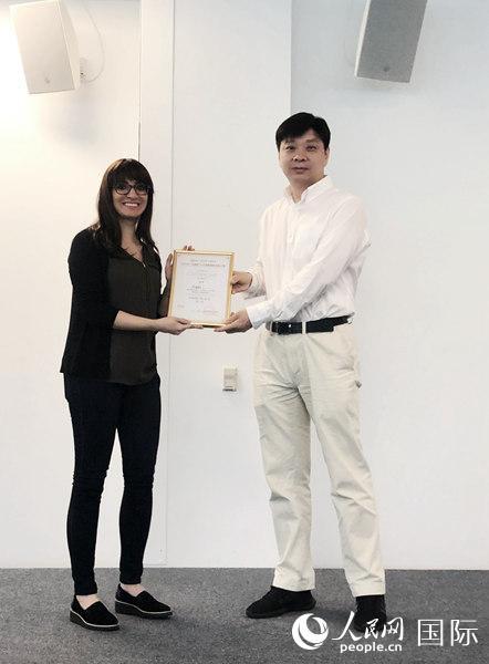图为光谷创业咖啡总经理李儒雄为硅谷赛区第别名授奖