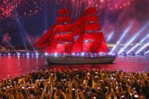 俄罗斯举行红帆节庆祝学生毕业