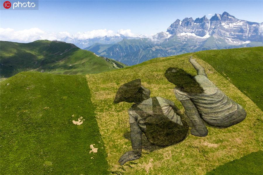 法国艺术家打造巨型地面涂鸦作品