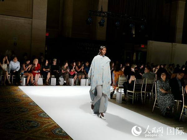 模特身着中国高端面料建造的裁缝