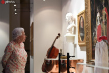 英女王参观白金汉宫夏季开放日展览
