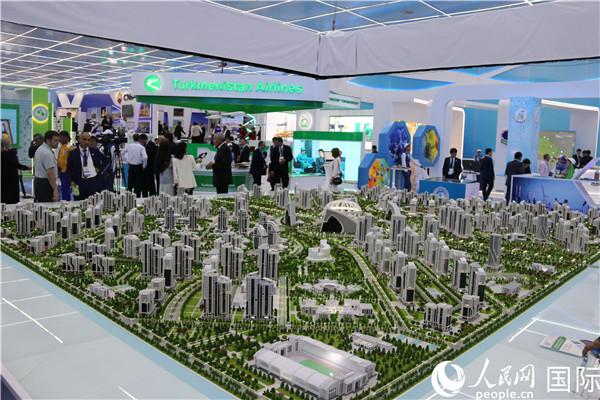 里海创新技术及国际汽车展上展示的智慧城市模型(记者周翰博摄)