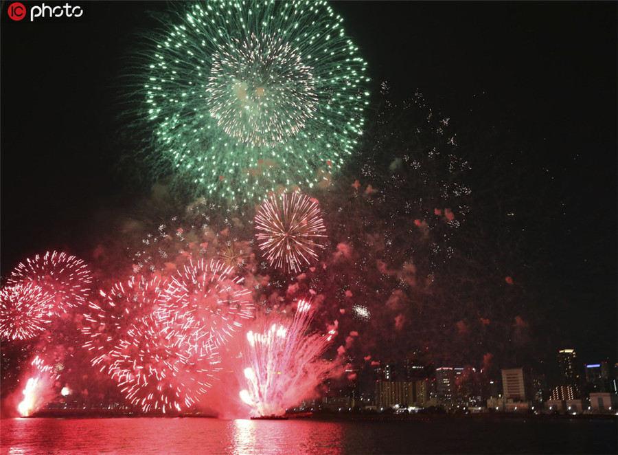 日本大阪淀川花火大会举行 烟花点亮夜空