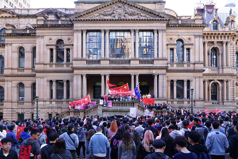 """""""爱国护港 反对暴乱"""" 悉尼近千华人举行和平游行"""