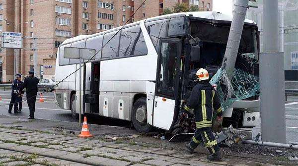 莫斯科一载有30名中国游客大巴发生车祸11人受伤