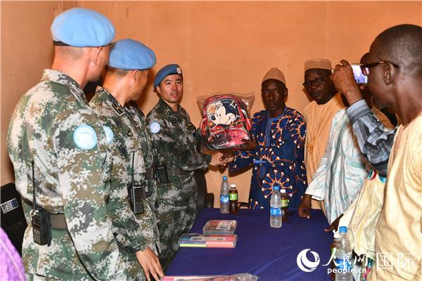中国第七批赴马里维和部队向加奥教育机构中心开展爱心捐赠
