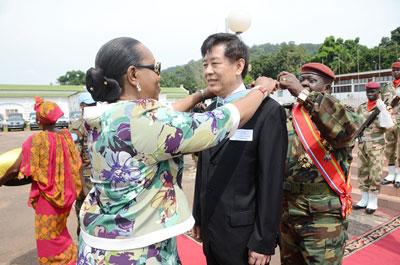 【大使说】孙海潮:在中非三次组织紧急撤侨的中国大使孙海潮为中国外交事业奋斗了近40年。【详细】
