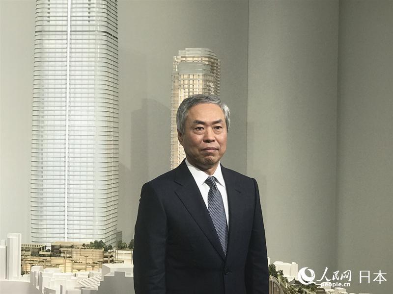 """森大厦株式会社社长辻慎吾向记者介绍""""虎之门·麻布台都市再开发计划""""。"""