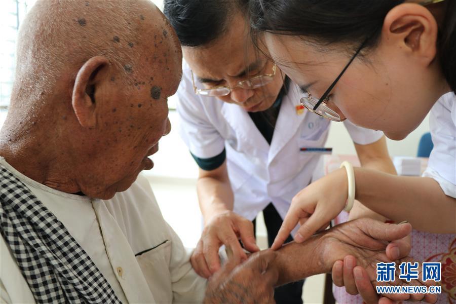 通讯:中国医生来到我家门口——记江苏泰州医疗队在柬埔寨送医下乡