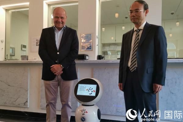 中国驻比利时使馆首创机器人领事服务系统