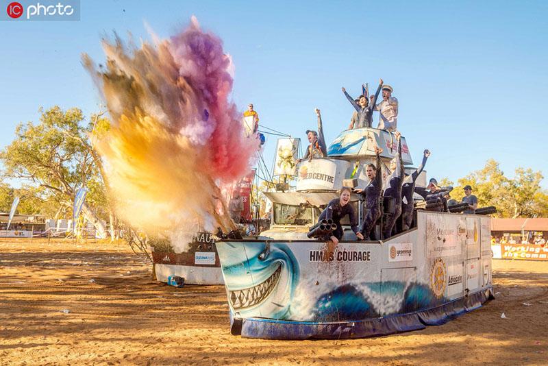 澳洲干旱小镇举行沙漠划船比赛