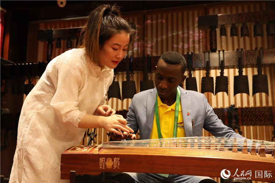 开幕式当天,非洲青年代表体验中国民乐。
