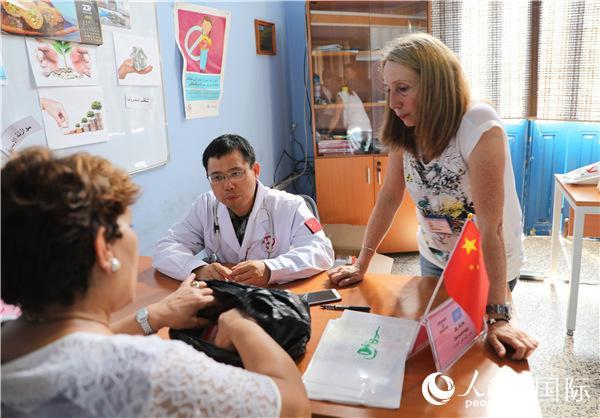 中国维和医生在黎巴嫩社一���大区开展义诊