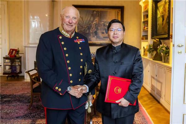 中国驻挪威大使易先良向挪威国王哈拉尔五世递交国书