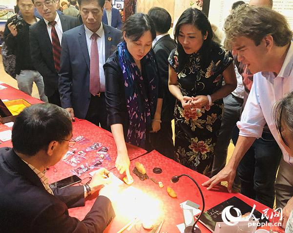 寿山石雕现场展示吸引了众嘉宾的目光。记者 任彦 摄