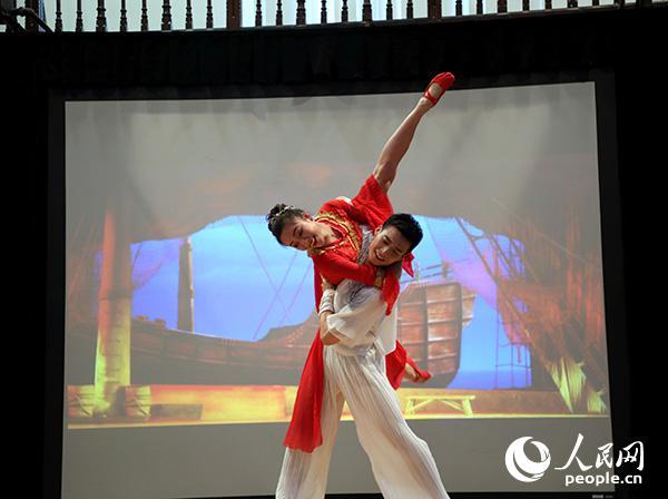 大型歌舞剧《碧海丝路》精彩片段《婚礼》演出现场。记者 任彦 摄