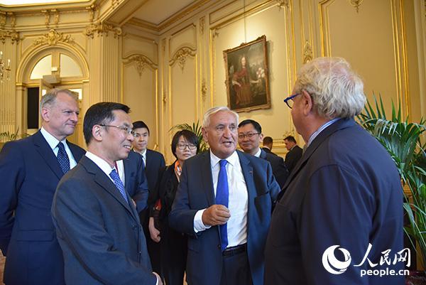 中國駐法國大使盧沙野與與會嘉賓進行交流 劉玲玲攝