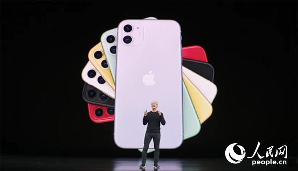 苹果首席执行官蒂姆・库克在发布会上介绍新款iPhone。