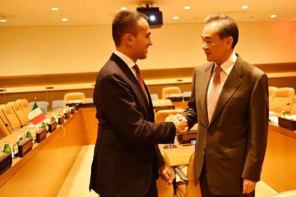 9月25日,国务委员兼外长王毅在联合国会见意大利外长迪马约。  李凉 摄