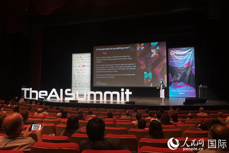 联想集团副总裁、联想研究院人工智能实验室负责人徐飞玉博士在AI峰会上分享关于可解释性AI的主题演讲。