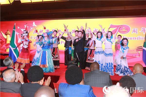 贵州文艺演出团带来的精彩演出获得阵阵掌声