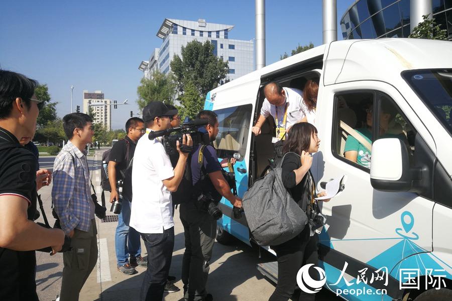 中外媒体记者分批试乘自动驾驶汽车