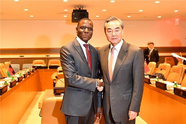 9月26日,国务委员兼外长王毅在联合国会见马拉维外长卡塞拉。  李凉 摄