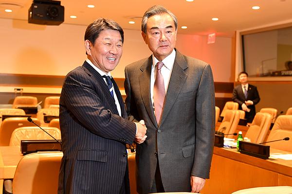 当地时间9月26日,国务委员兼外长王毅在联合国会见日本外相茂木敏充。李凉 摄
