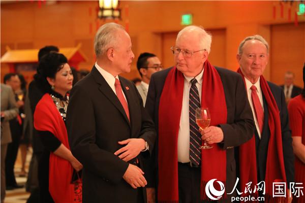 崔天凯与美国前驻华大使芮效俭交谈。郑琪 摄