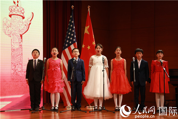 孩子们在台上合唱中华人民共和国国歌。 郑琪 摄
