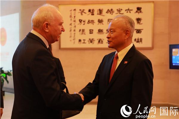 招待会开始前,崔天凯大使与来宾们一一寒暄。郑琪 摄