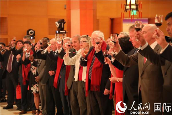 来宾们举杯祝贺中华人民共和国成立70周年。郑琪 摄