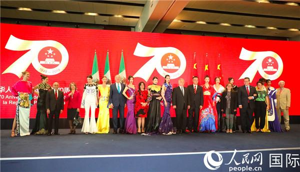 中国驻墨西哥大使祝青桥在庆祝新中国成立70周年招待会上与来宾合影。摄影 刘旭霞。