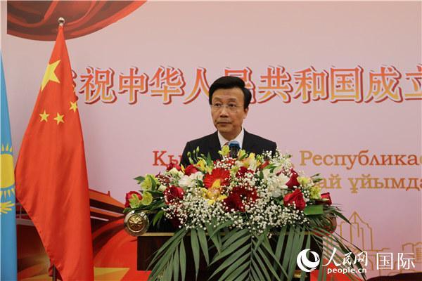 中国驻哈萨克斯坦大使张霄在招待会上致辞(记者周翰博摄)