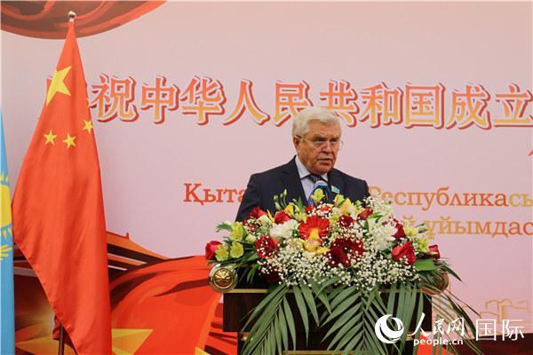 哈萨克斯坦议会下院副议长博日科在招待会上发言(记者周翰博摄)