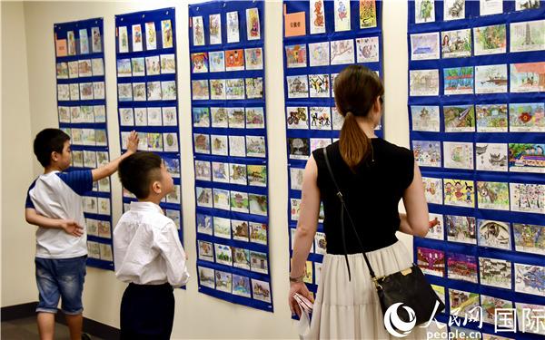 中日青少年手写手绘明信片展吸引了不少人前来观看。