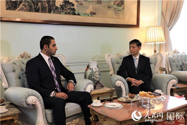 埃及总统塞西派总统府礼宾官侯萨姆・扎塔尔专程赴中国驻埃及使馆祝贺新中国成立70周年 廖力强大使接受祝贺 记者景�h摄