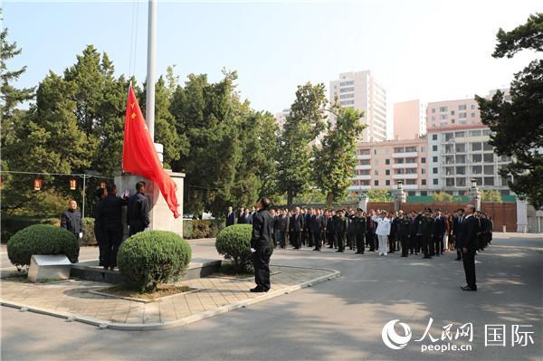 中国驻朝鲜大使馆在国庆节举行升旗仪式