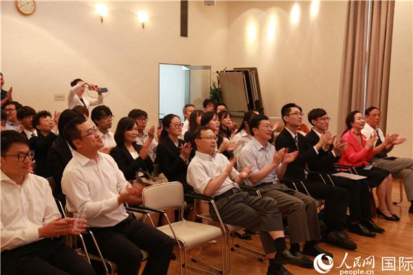 在日留学生学者代表齐聚驻中国驻日本大使馆教育处,通过电视大屏幕集体观看庆祝新中国成立70周年大会。