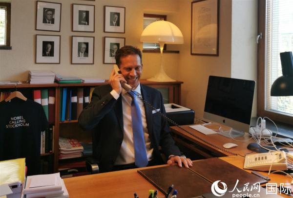 7日一早,评委会秘书长托马斯在办公室电话通知获奖者 (摄影 李亚男)